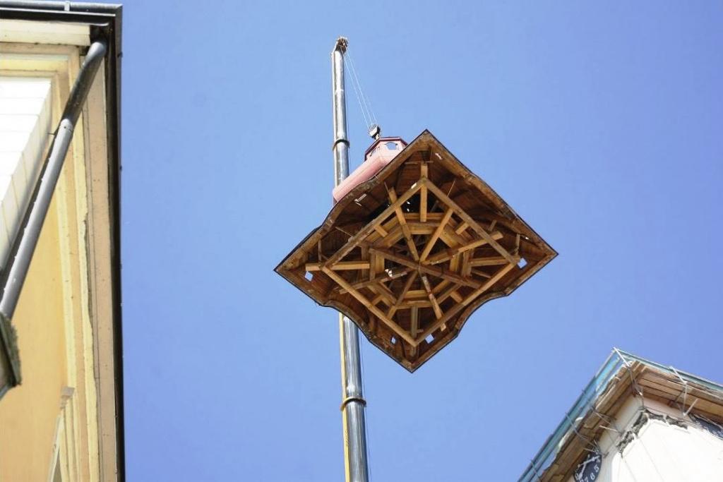 Tesařík zničil střechu kostelní věže, s naší pomocí se jí podaří opravit