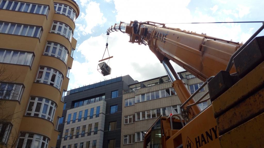 Manipulace s klimatizačními jednotkami v Londýnské ulici