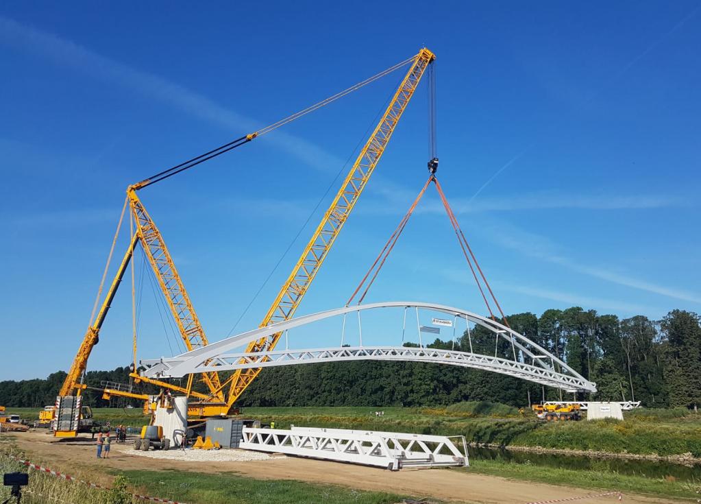 Ocelovou mostní konstrukci přes řeku Moravu