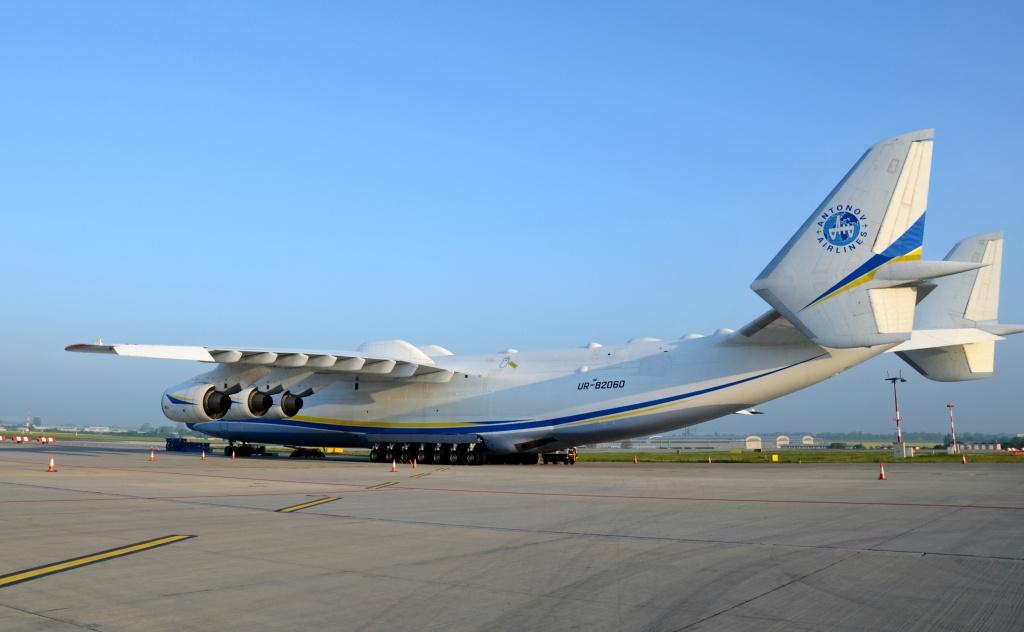 Nakládka generátoru do největšího letounu na světě