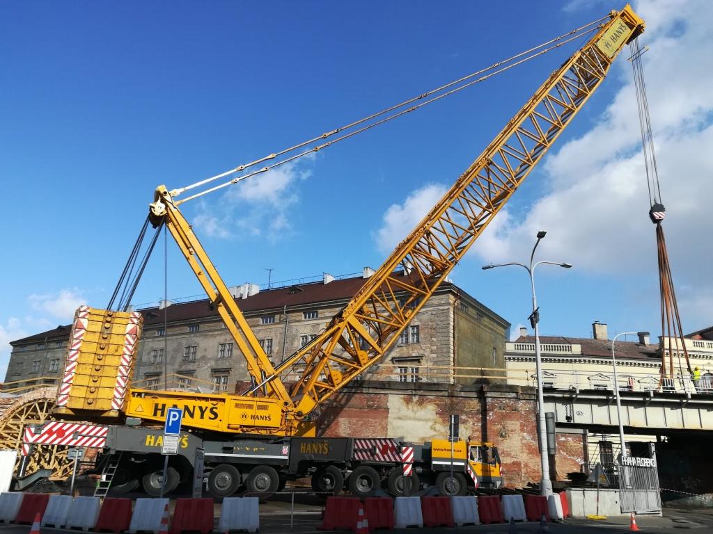 Snesení ocelových mostních konstrukcí železničního mostu